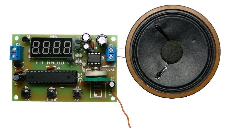 Stavebnice PT062 FM rádio s LED displejem, s pamětí pro ukládání až 5 stanic, integrovaný koncový stupeň