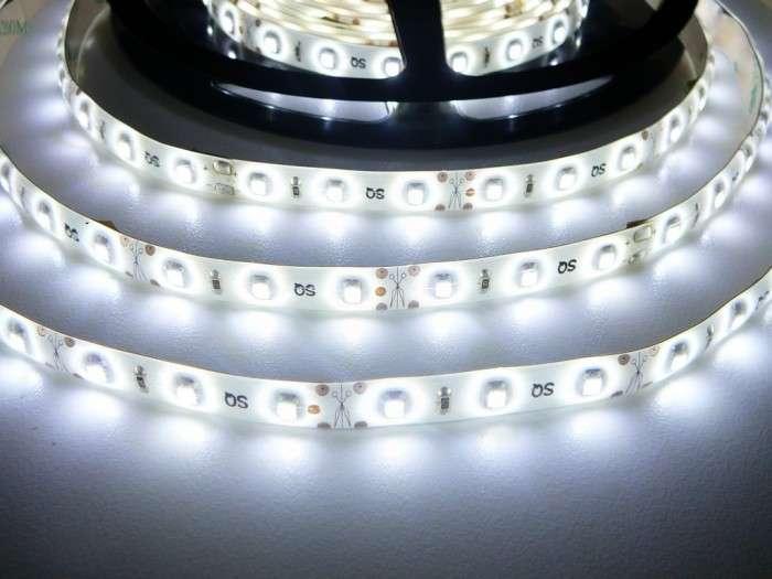 LED pásek vnitřní voděodolný IP55 samolepící W300 12V 60LED/m 4,8W/m barva bílá studená cena za 5m