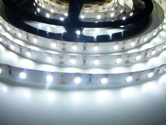 LED pásek vnitřní samolepící SQ300SMD5 60LED/m 12V 14,4W/m barva bílá studená cena za 1m